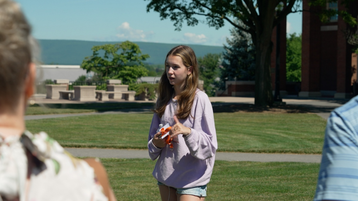 A student gives a Bucknell campus tour