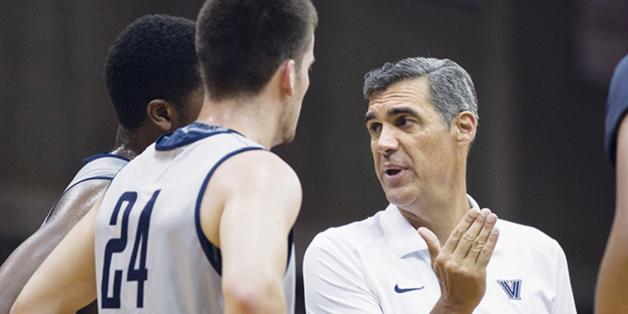 Jay Wright teaching players