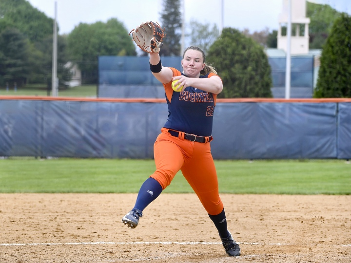 Photo of Kelly Toomey '23 pitching
