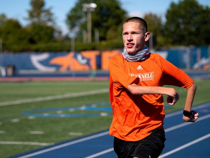 Rayven Sample '22 runs on Bucknell's track