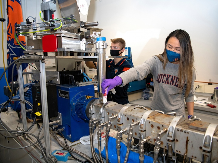 Engineering students use solid-state/melt extrusion machine